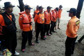 Empat wisatawan terseret gelombang di Pantai Pandan Kuning Kebumen
