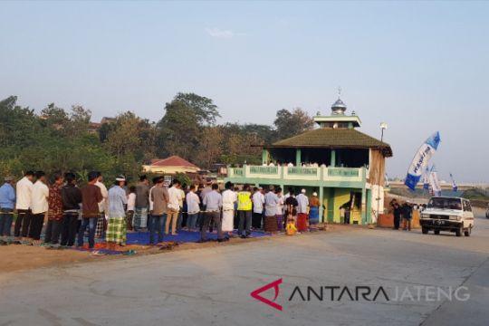Pemudik padati Masjid tengah tol fungsional Batang-Semarang