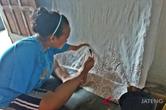 Membatik dengan kaki, karya Ayu dihargai Rp15 juta/lembar