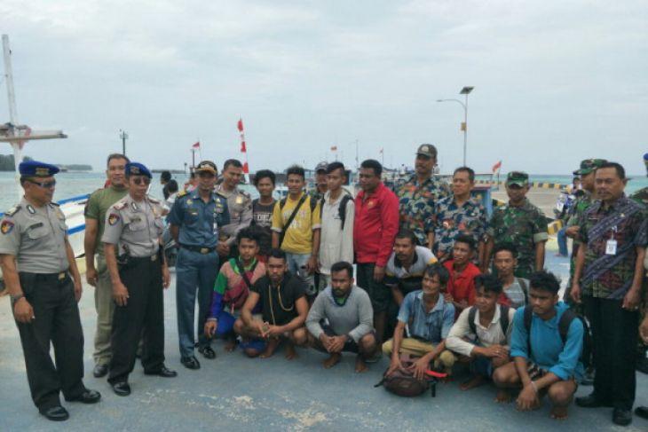 Kapal dihantam ombak, 13 ABK berhasil selamat