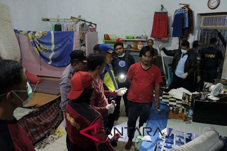 Petugas gabungan razia di Lapas Besi Nusakambangan