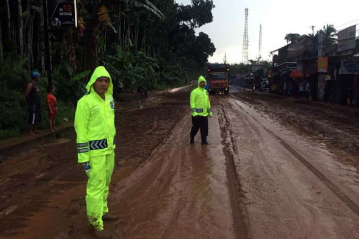 Arus jalur selatan Jawa Tengah macet akibat banjir lumpur