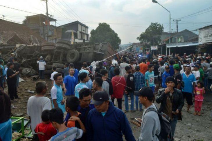 11 orang tewas di Brebes ketika truk tronton tabrak kendaraan dan rumah