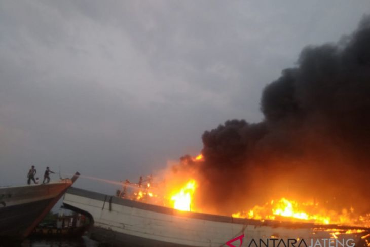 Lima kapal diperkirakan terbakar di Pati