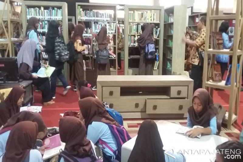Siswa Antusias Semarakkan Solo Book Fair 2017