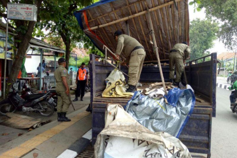 Kios PKL bantaran sungai BKT dibongkar petugas