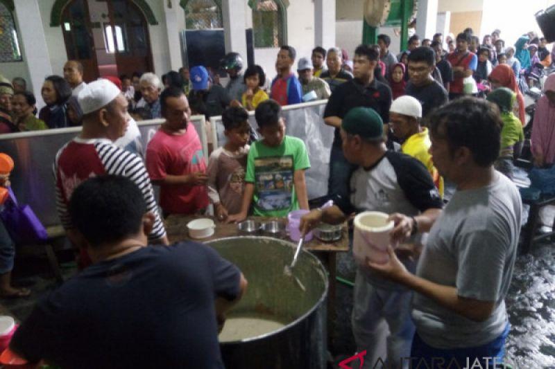 Masjid Darussalam bagikan 1.100 porsi bubur samin