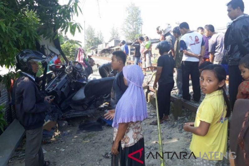 KA barang tabrak mobil pikap dua tewas