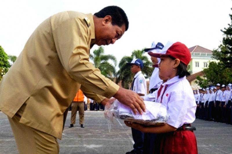5.863 siswa SD dan SMP Kota Magelang terima seragam gratis