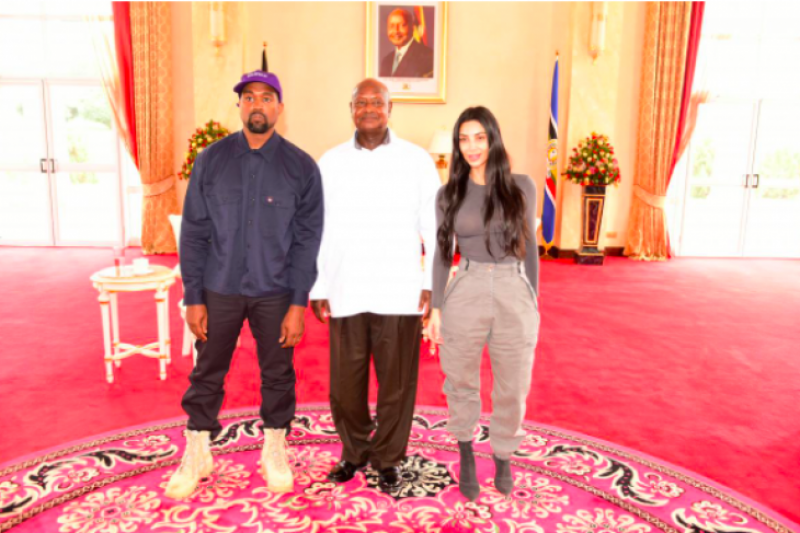 Kanye West dan Kardashin beri sepatu pemimpin Uganda