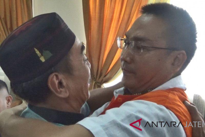 Iwan Adranacus dipeluk ayah korban di ruang sidang
