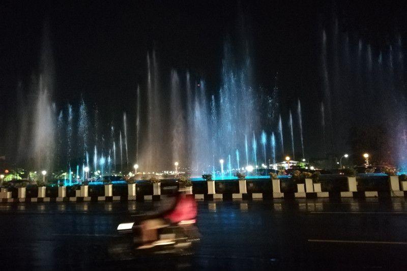 El puente de la fuente de aguas danzantes en Semarang