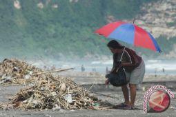 Kulon Progo kesulitan bersihkan sampah kawasan pantai
