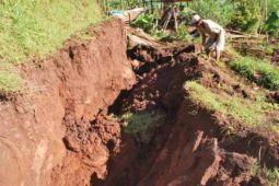 Pemkab imbau warga hindari lokasi tanah ambles