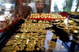 Tertekan dolar AS, harga emas turun drastis