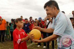 Maria menjadi idola dalam Festival Bola Atambua