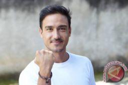 Aktor Hamis Daud sibuk memulung sampah di laut