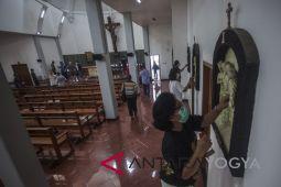 Warga muslim membantu membersihkan Gereja Santa Lidwina