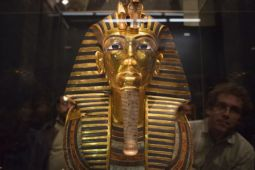 Jam tangan emas Raja Farouk Mesir dilelang