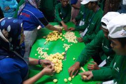 BUMN HADIR- SMN Kepulauan Riau mempelajari proses pembuatan bakpia