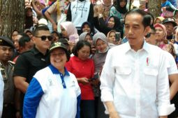 Presiden Joko Widodo mengecek harga kebutuhan pokok di Pasar Anyar