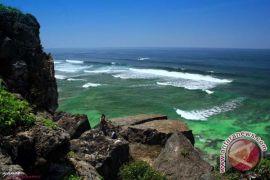 Tiga pengunjung Pantai Indrayanti Gunung Kidul hilang