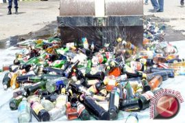 Kejari Gunung Kidul musnahkan ratusan botol minuman keras
