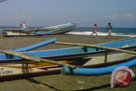 Kapal pengangkut barang terdampar  di Pantai Baron