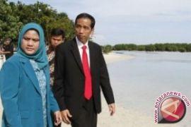Iriana Jokowi bagikan buku  saat presiden blusukan