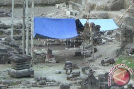 Batu Candi Prambanan ditemukan di tepi rel