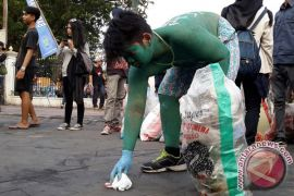 Aksi memungut sampah plastik
