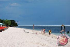 Pemkab Lombok Utara turunkan bendera Kanada di Gili Trawangan