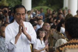 Ibu-ibu ditantang Presiden Jokowi tentang  pengetahuan harga sembako terbaru