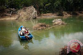 Perahu penyebrangan menjadi andalan warga Jelok