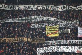 Protes pertandingan Liga Jerman, para penggemar banjiri lapangan dengan bola tenis
