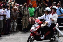 Presiden Jokowi dan Ibu Iriana keliling Asmat dengan sepeda motor listrik