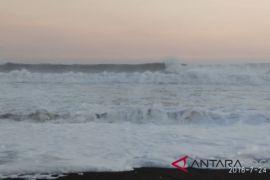 Puluhan kapal nelayan rusak dihantam gelombang pasang