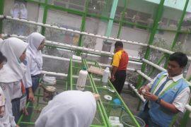 BUMN HADIR - SMN Kalteng melihat hasil riset siswa SMA 6 Yogyakarta