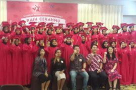 50 perempuan muda berprestasi mendapatkan beasiswa