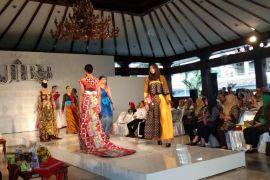 Padu padan batik gaya Ferry Salim