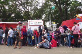 Pengunjung mengantre berjam-jam beli suvenir jelang penutupan Asian Games