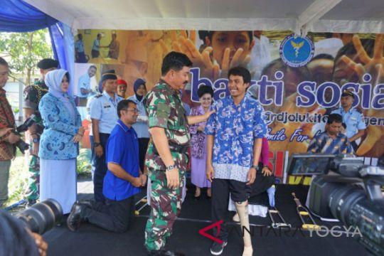 Panglima TNI serahkan bantuan kaki palsu