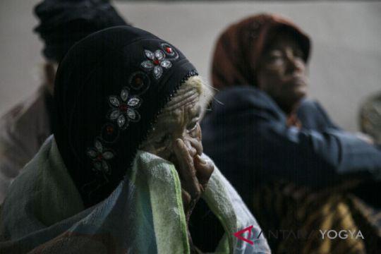 Perlengkapan barak pengungsian lereng Merapi dicek