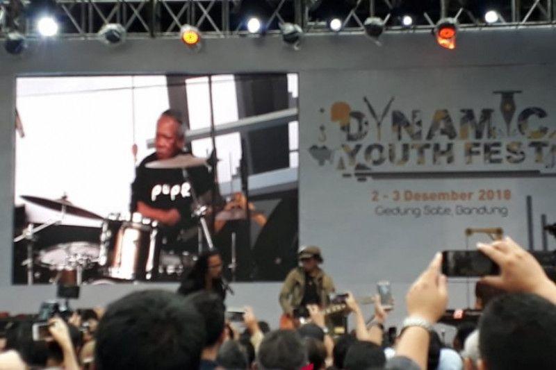 Menabuh Alat Musik Drum Dengan Berkolaborasi Bersama Penyanyi Rock Ipank Dalam Acara Dynamic Youth Fest Di Bandung Jawa Barat Minggu 2 12 2018