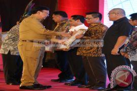 Gubernur Raih Penghargaaan Pencapaian IDI 2017