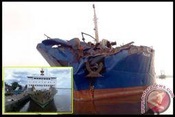 KM Kelimutu Angkut 605 Penumpang Bertabrakan dengan Kapal Pupuk di Sungai Mentaya