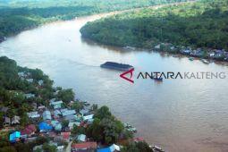 Pedalaman Sungai Barito surut, tongkang tak bisa berlayar