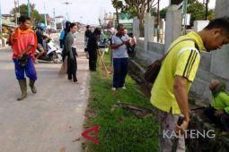Cegah DBD, pegawai Kecamatan Bulik bersih-bersih