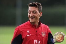 Ozil bermain gemilang saat Arsenal hancurkan PSG