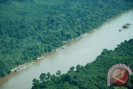 Dishub Barut Cek Rambu Lalu Lintas di Pedalaman Sungai Barito